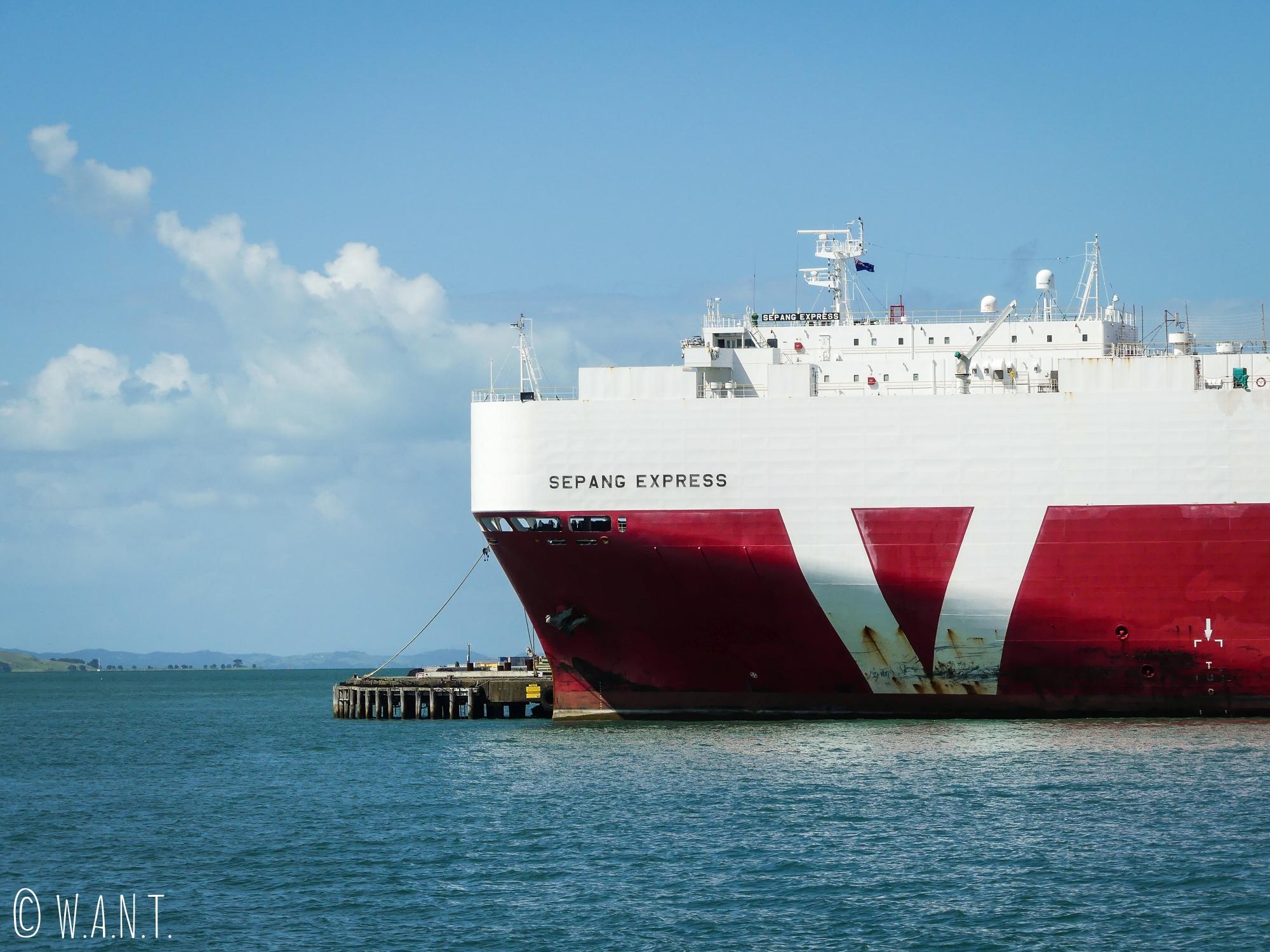 Navire cargo amarré au port d'Auckland