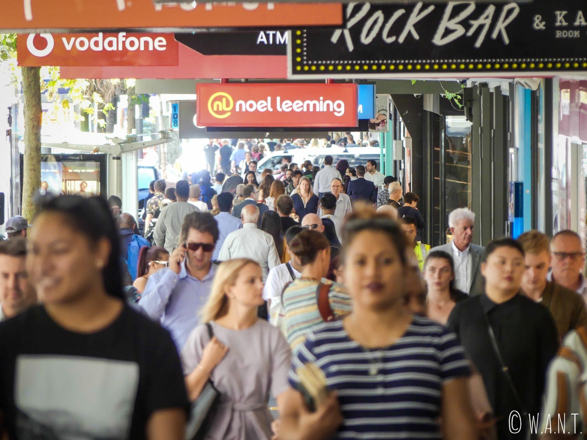 Parmi la foule dans les rues d'Auckland