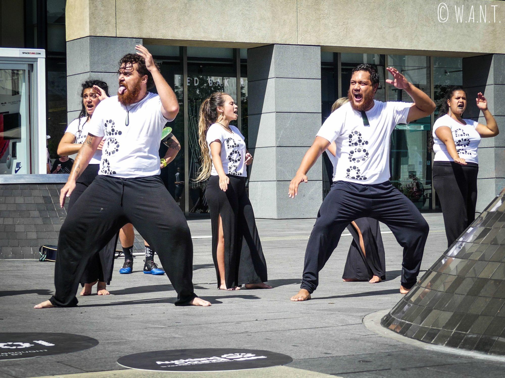 Un Haka réalisé dans la rue à Auckland