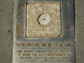 Le centre de la Nouvelle-Zélande est symbolisé sur à la Botanical Hill de Nelson