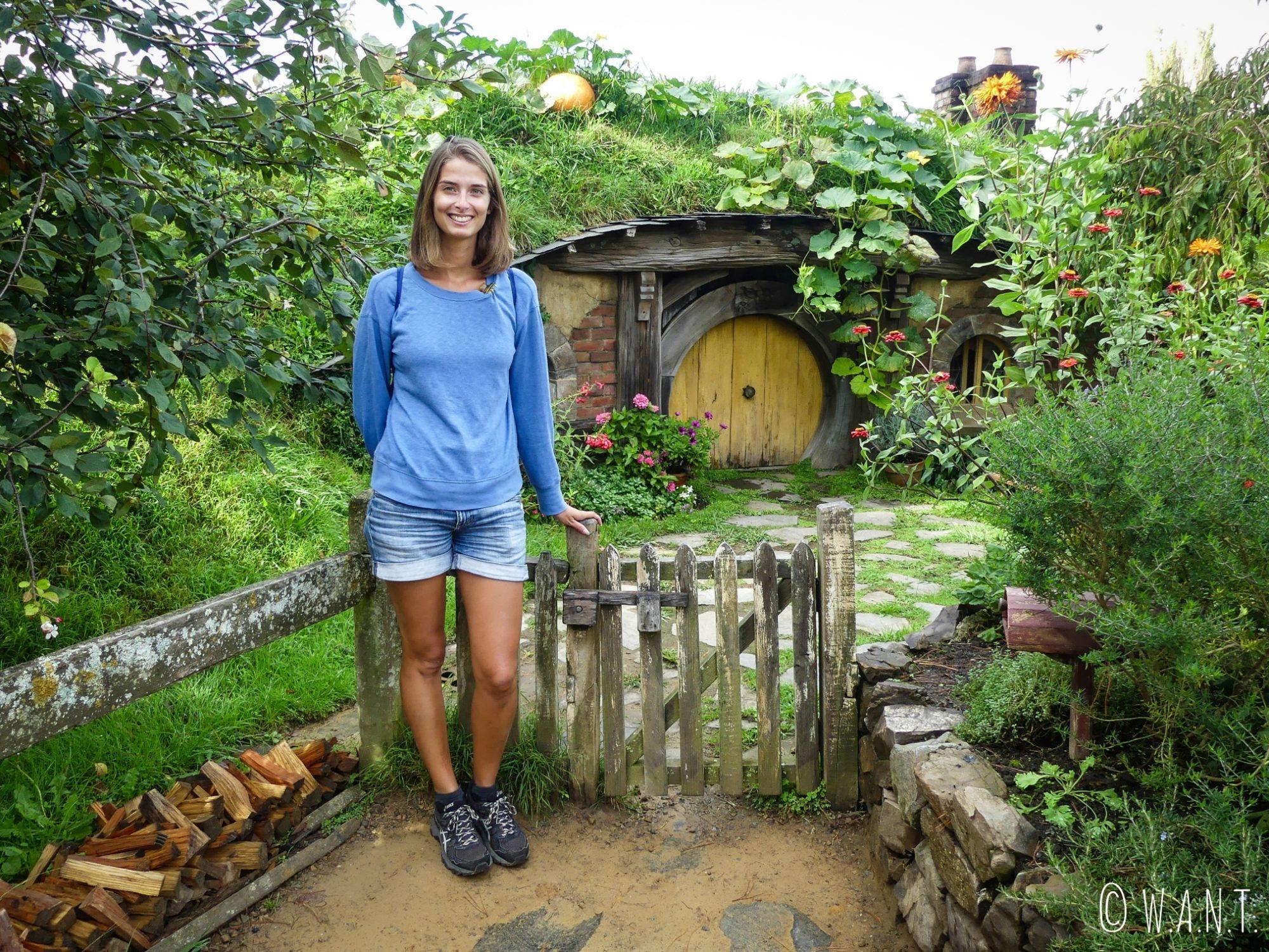 Marion, devant une maison de Hobbiton, en Nouvelle-Zélande