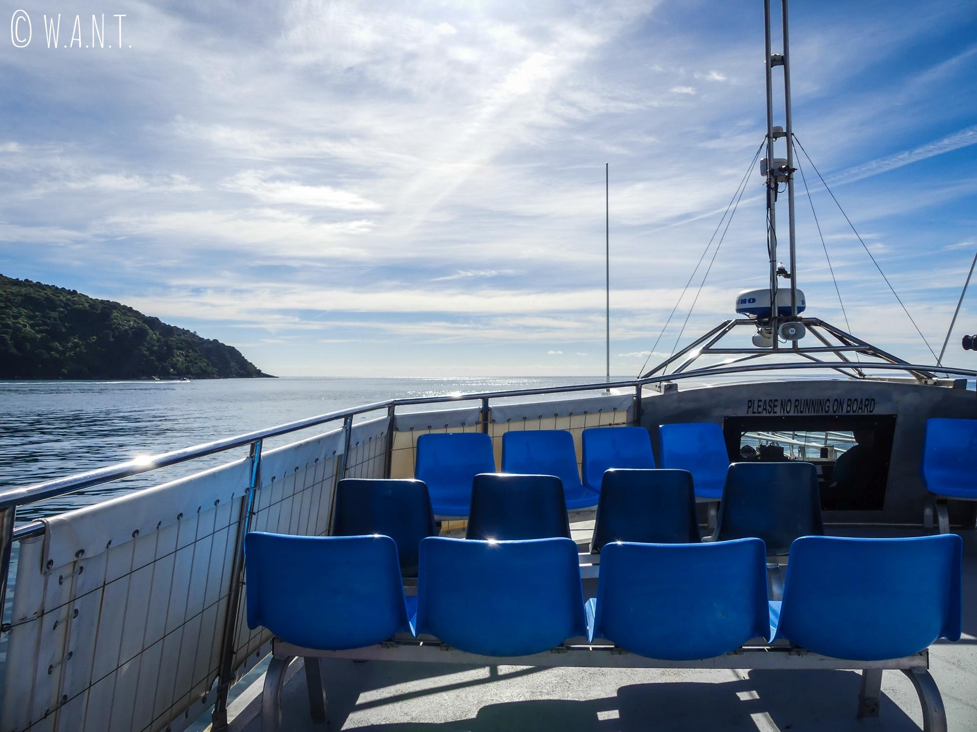 Sur le pont du bateau, nous découvrons les paysages du parc national Abel Tasman en Nouvelle-Zélande