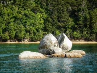 Vue sur la roche nommée Apple Split Rock depuis la mer, au parc national Abel Tasman en Nouvelle-Zélande