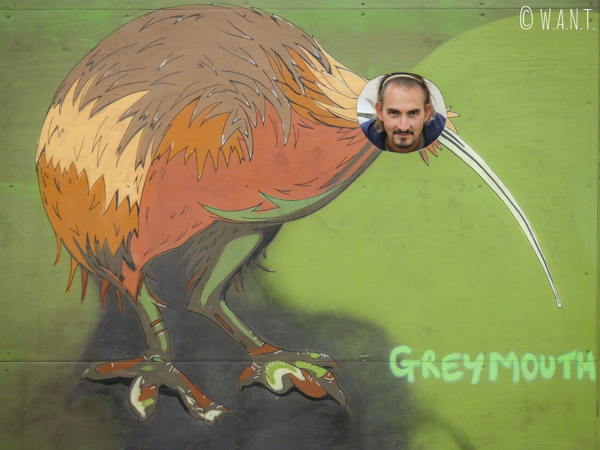 Benjamin se transforme en kiwi dans la ville de Greymouth en Nouvelle-Zélande