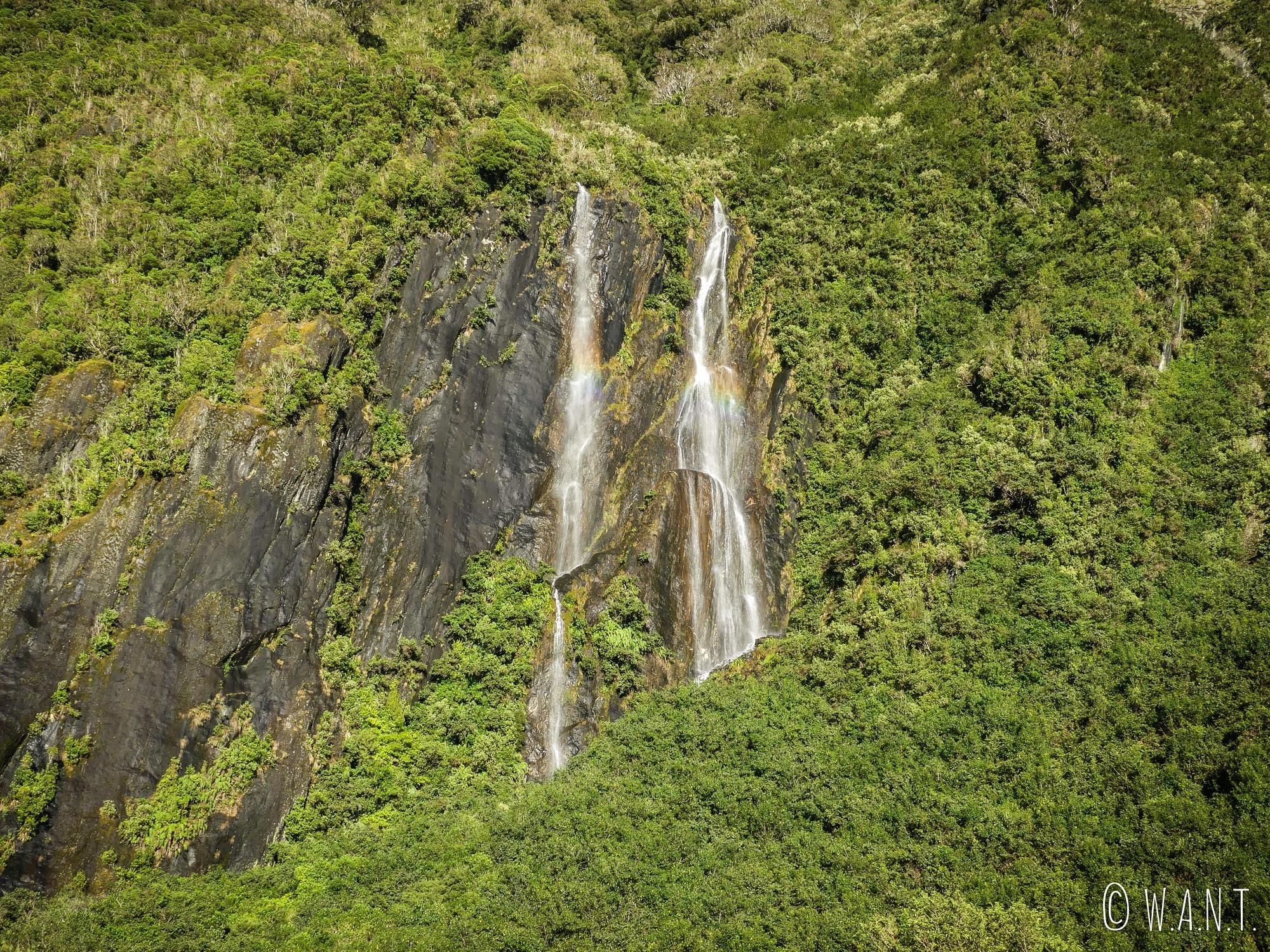 Cascades le long de la montagne qui entoure la randonnée menant au Franz Joseph Glacier en Nouvelle-Zélande