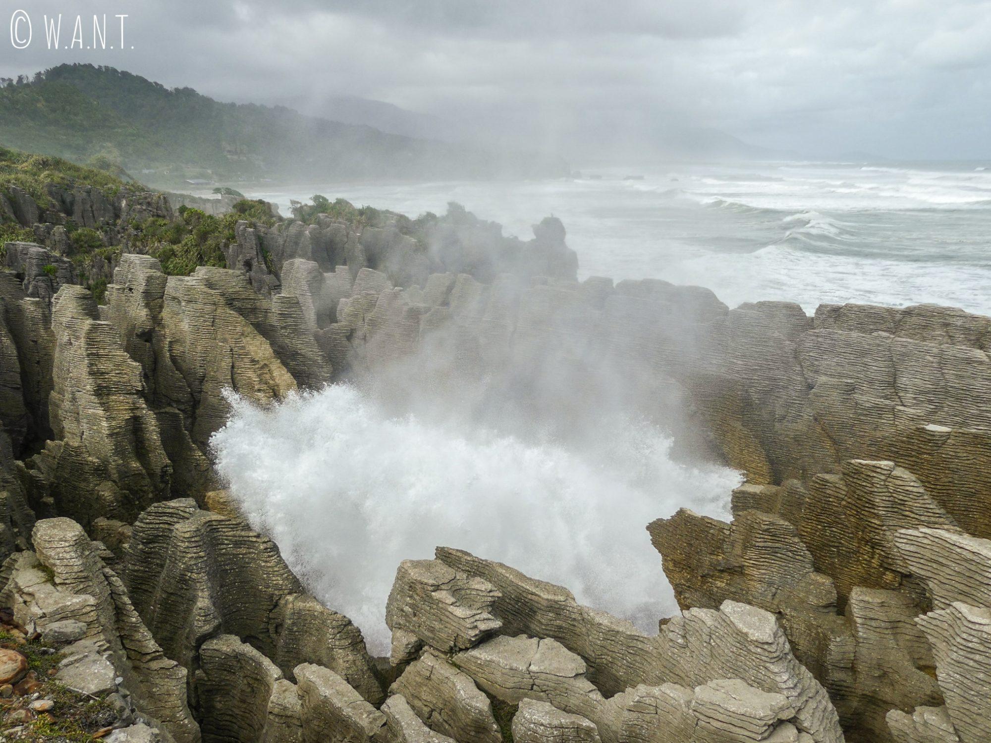 L'eau éclabousse les visiteurs qui observent ce phénomène depuis la plateforme d'observation des Pancake Rocks en Nouvelle-Zélande