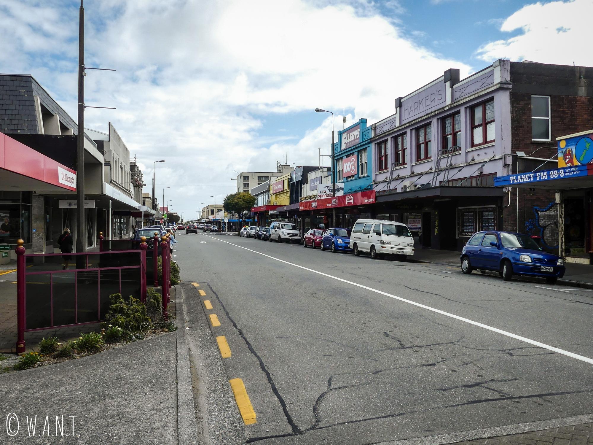 L'une des rues principales de la ville de Greymouth en Nouvelle-Zélande