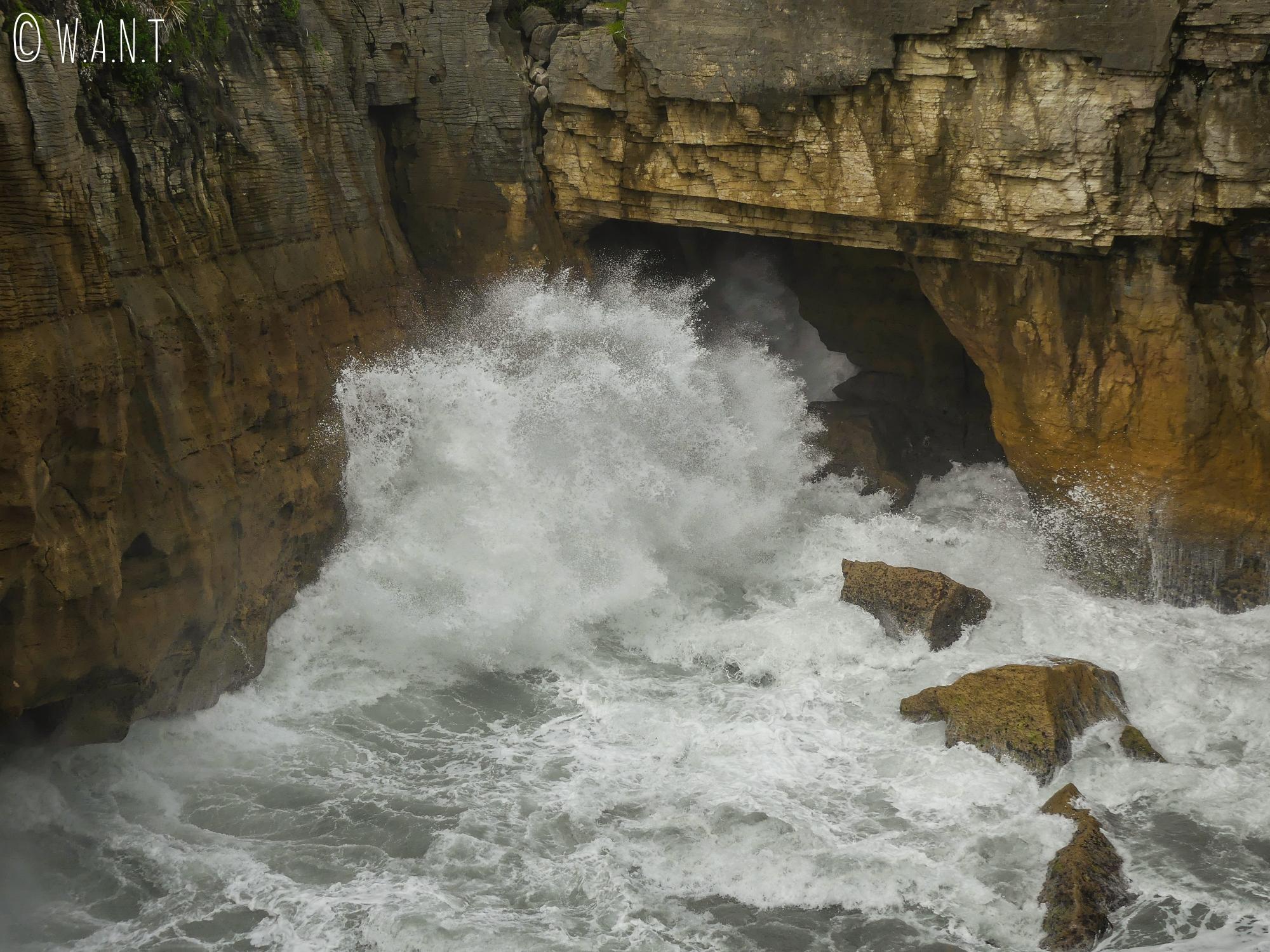 Quand la marée est haute, les vagues se fracassent contre les Pancake Rocks sur l'île du sud de la Nouvelle-Zélande