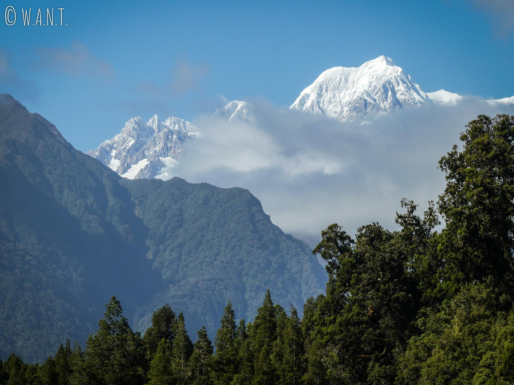 Vue sur le Mont Tasman depuis le lac Matheson en Nouvelle-Zélande