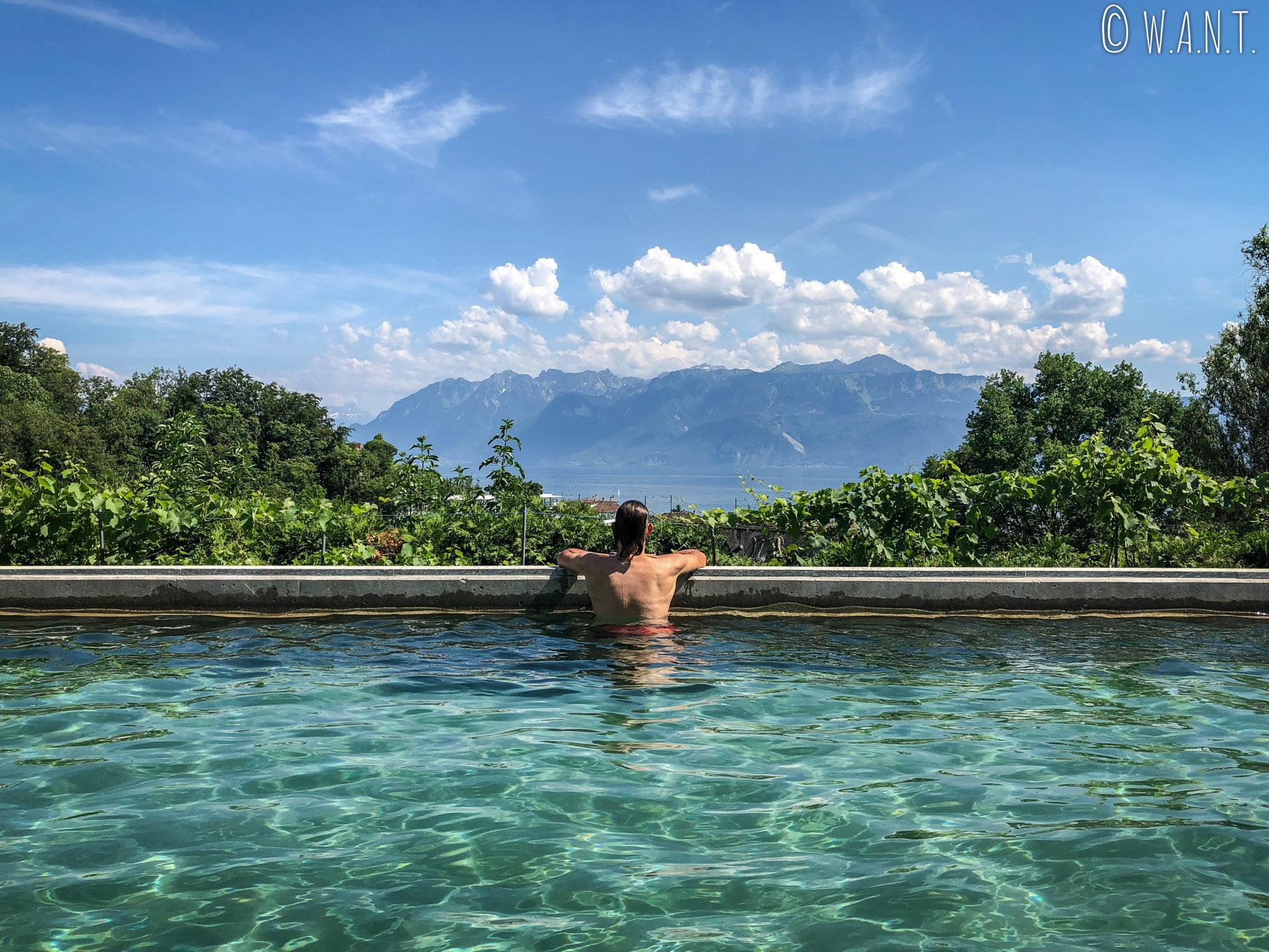 Benjamin profite de la piscine et d'une vue exceptionnelle sur le lac Léman