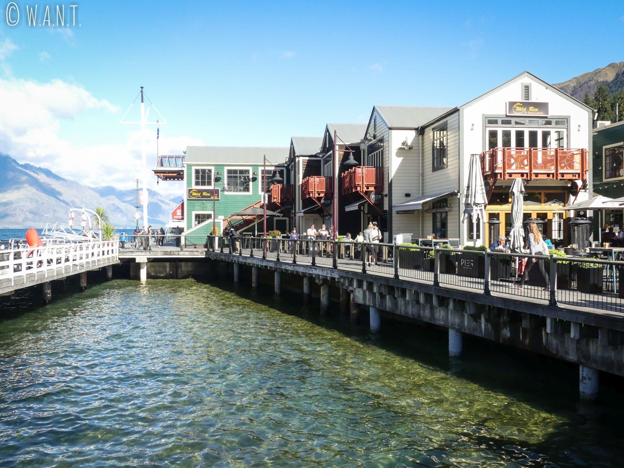 Des restaurants bordent le lac Wakatipu à Queenstown en Nouvelle-Zélande