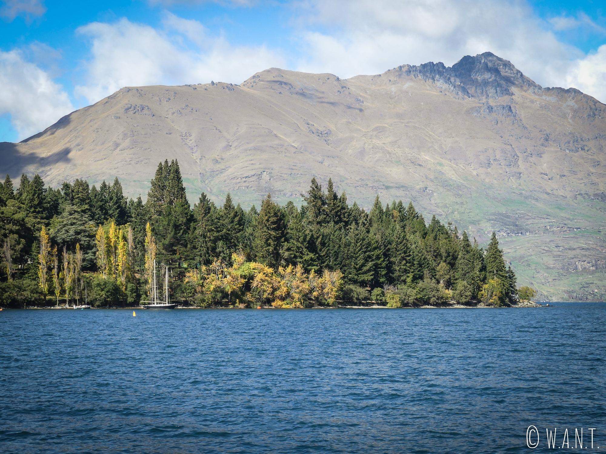 Paysage entre lac et montagnes à Queenstown en Nouvelle-Zélande