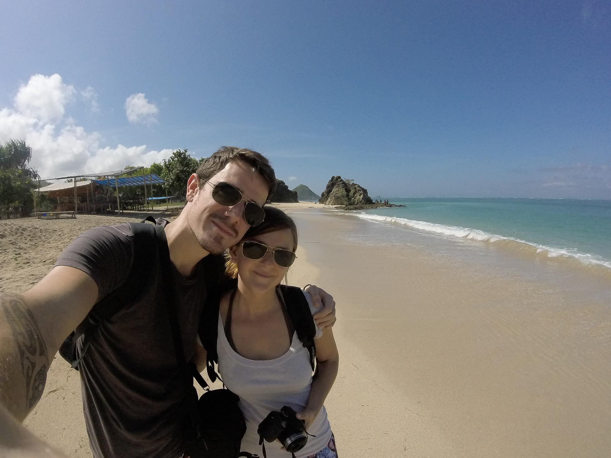 Morgane et Tom sur la plage de Kuta Lombok en Indonésie