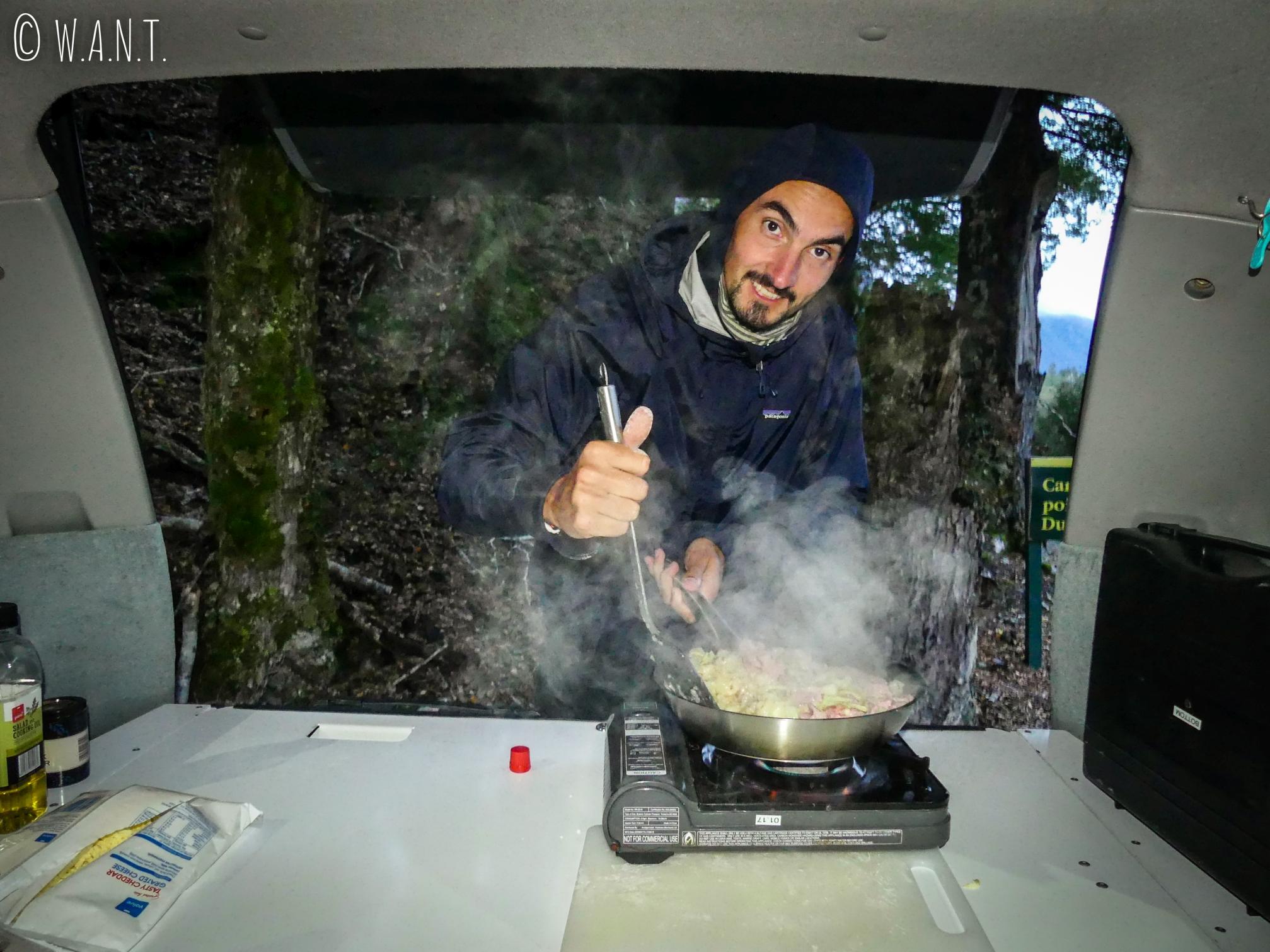 Benjamin est devenu un vrai chef de la cuisine dans un van