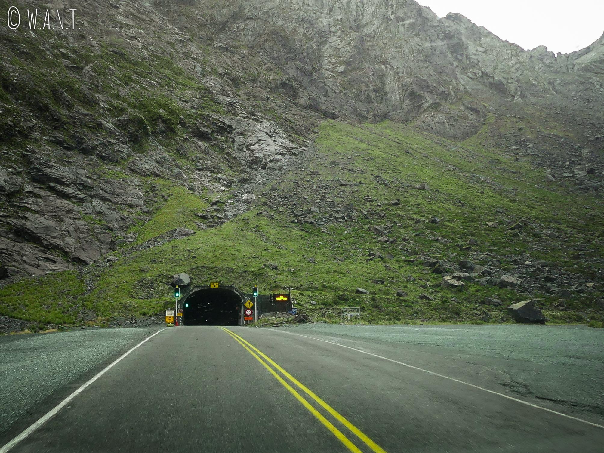 Entrée du Homer Tunnel creusé à même la roche sur la route de Milford Soud en Nouvelle-Zélande