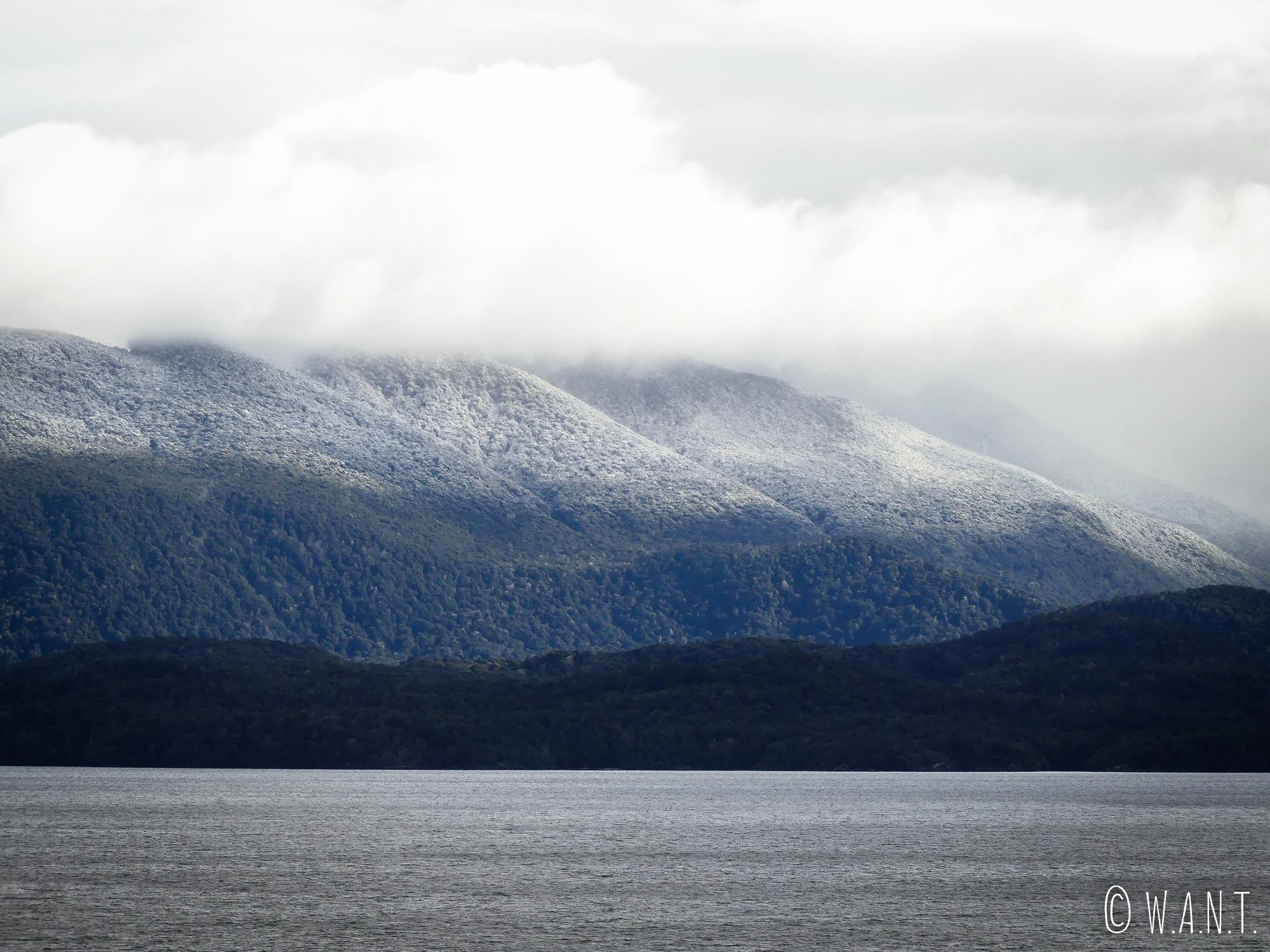 La neige se met à tomber sur le chemin du retour de Milford Sound en Nouvelle-Zélande