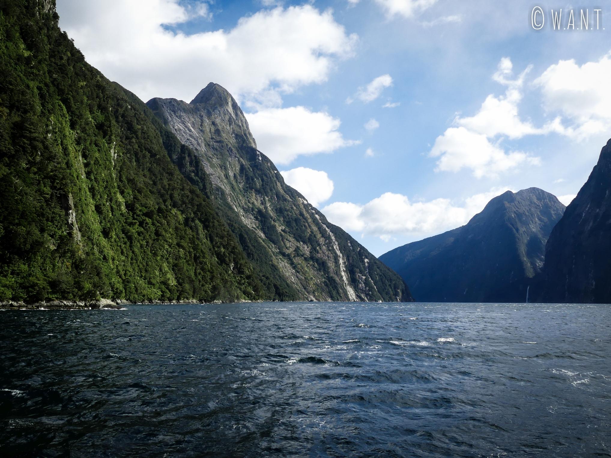 Le beau temps est de la parti lors que notre croisière sur le Milford Sound en Nouvelle-Zélande