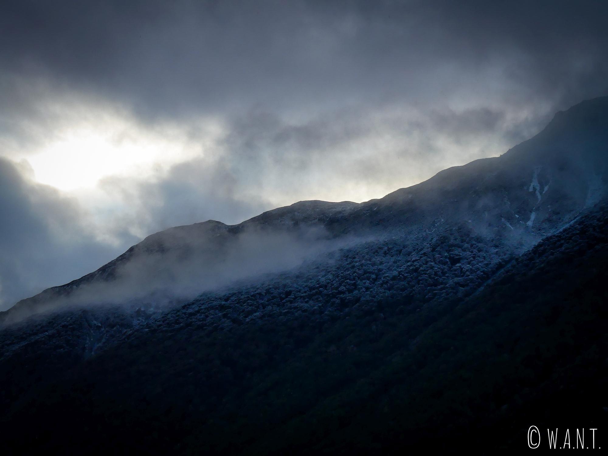 Le brouillard entoure les sommets qui encerclent le Gunn Lake en Nouvelle-Zélande
