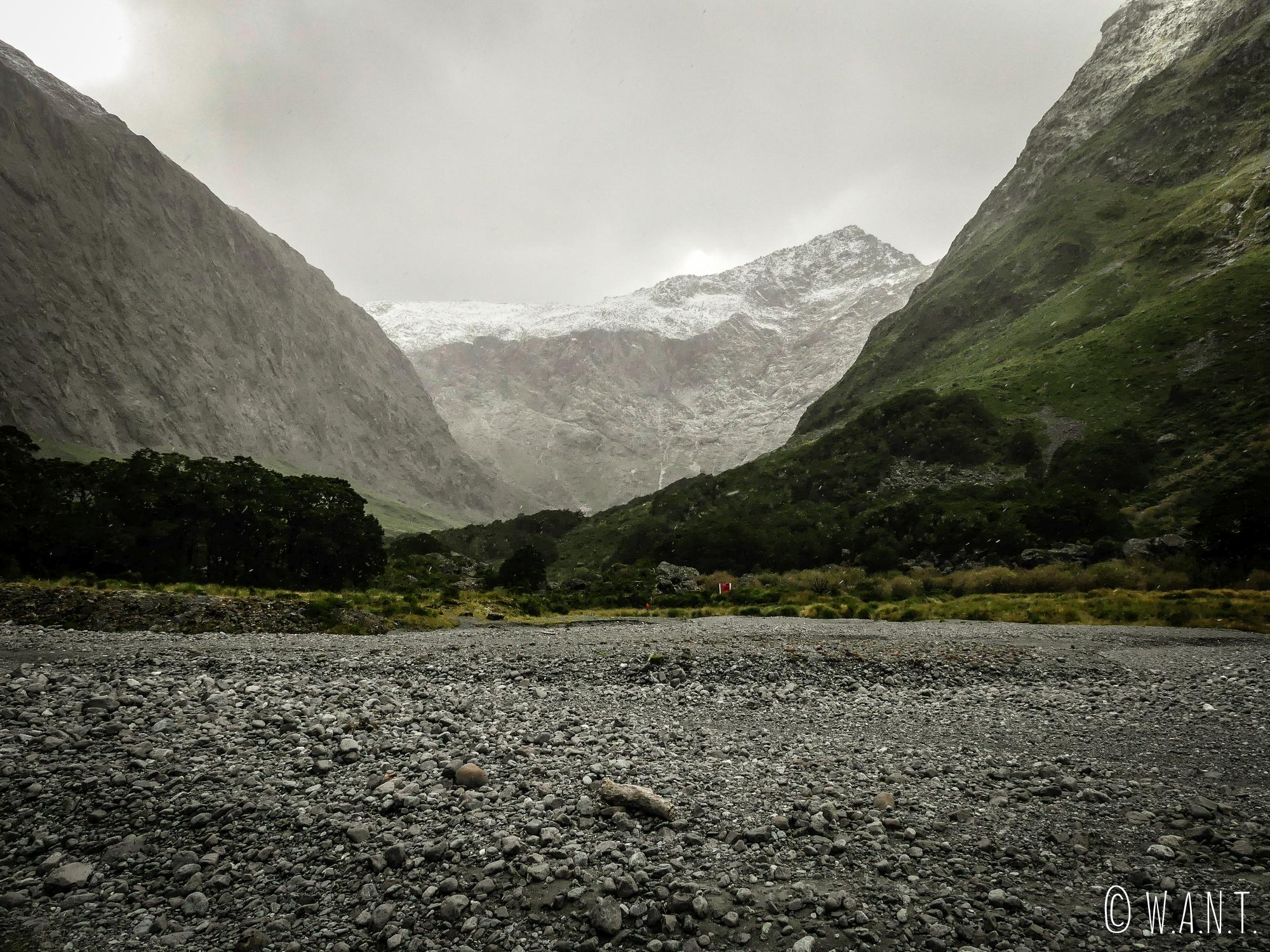 Le ciel se couvre tandis que nous quittons la région du Fiordland National Park en Nouvelle-Zélande