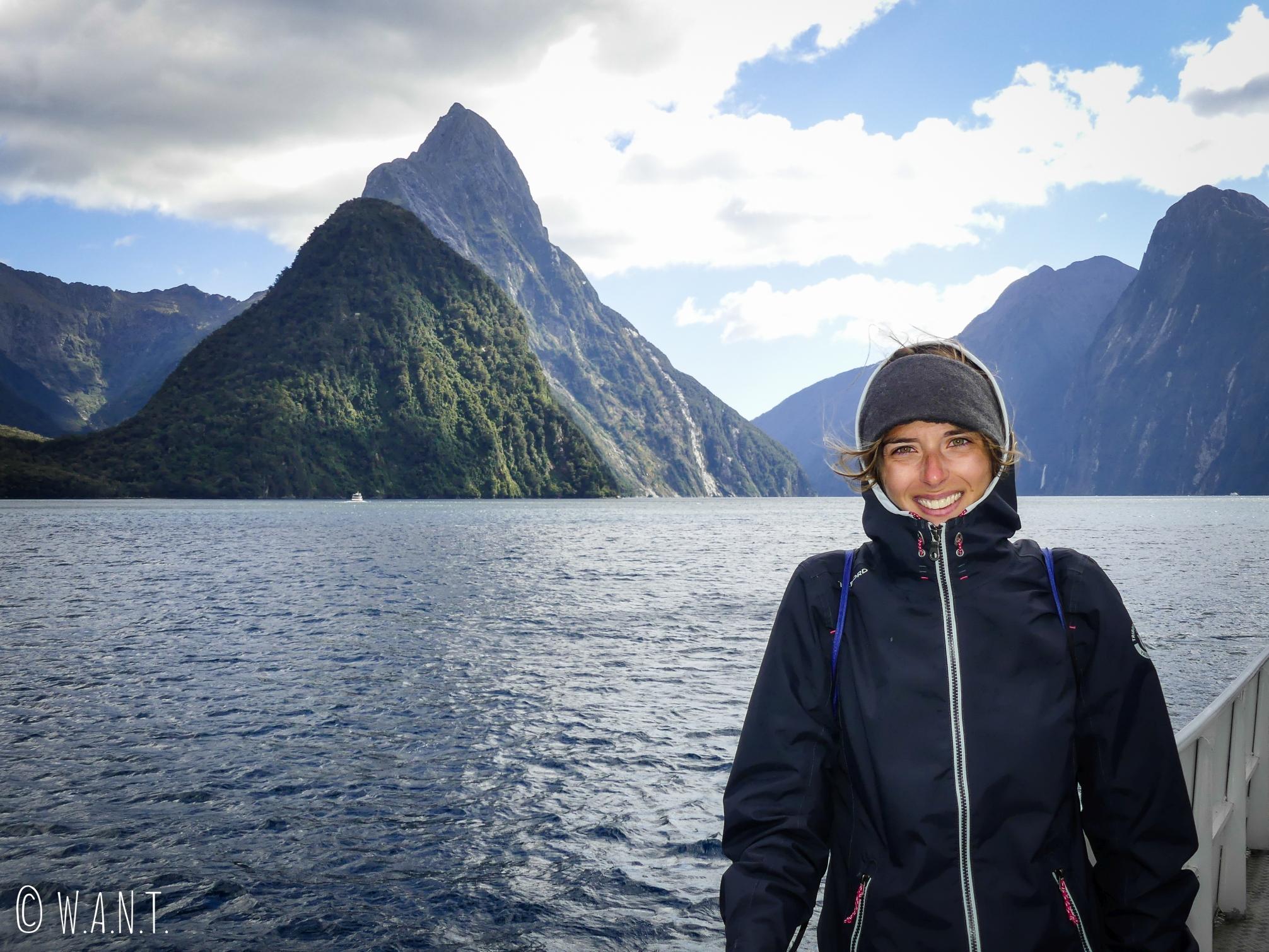 Portrait de Marion devant le Mitre Peak en Nouvelle-Zélande